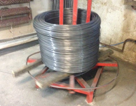 Herstellung von Doppelstabzaun: Die Stäbe, aus denen die Zaunfelder der Doppelstabzäune hergestellt werden, kommen in Rollen.