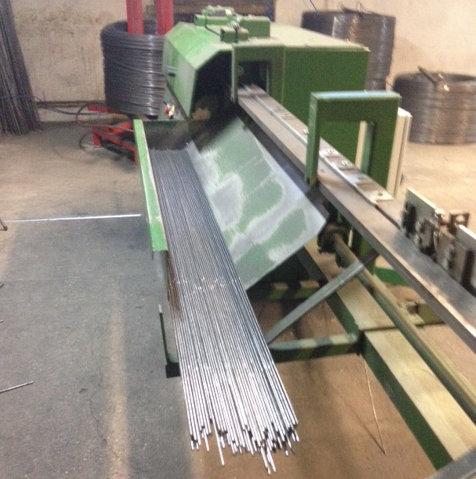 Herstellung von Doppelstabzaun: Die Stäbe werden mit einer Maschine gerade gebogen und auf die entsprechende Länge zugeschnitten.