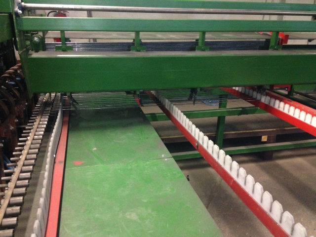 Herstellung von Doppelstabzaun: Die gerade gebogenen Stäbe werden in einer Mehrpunktschweißmaschine platziert.